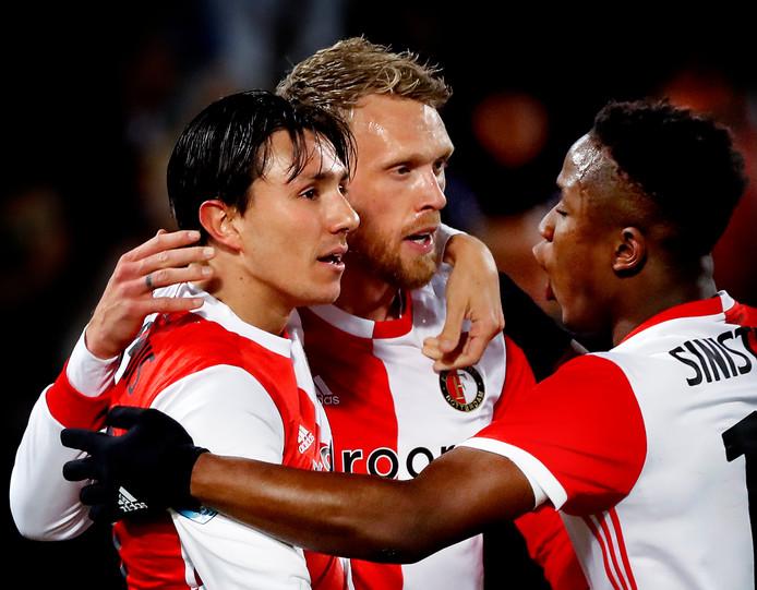 Luis Sinisterra feliciteert Nicolai Jorgensen na zijn eerste goal. Links Berghuis.