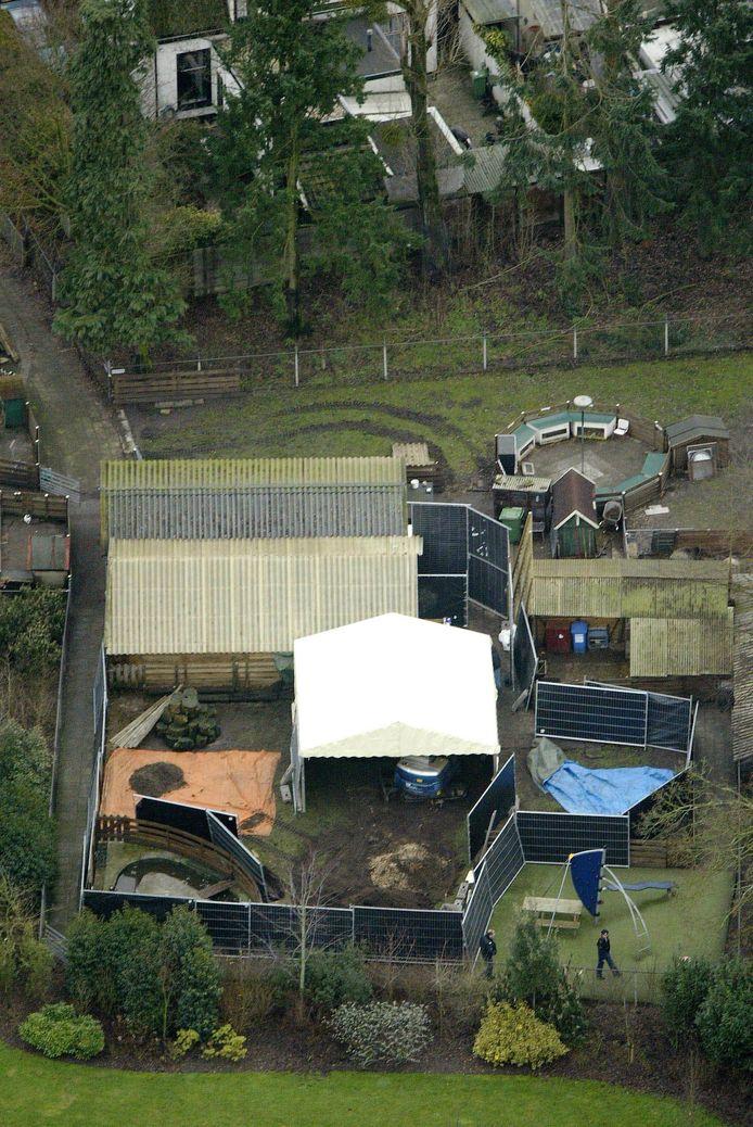 Graafwerkzaamheden in 2004 op de Baarnse kinderboerderij, tijdens de zoektocht naar het vermoorde echtpaar Mulder.