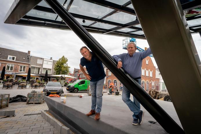 Ton Straver (rechts) en Frank Jeurissen op het nieuwe muziekpodium. Foto: Erik van 't Hullenaar.