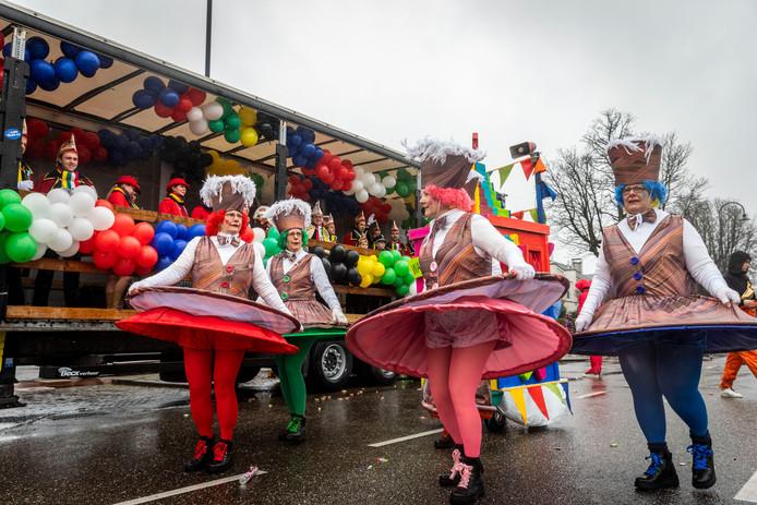 De rokken waaiden op in de carnavalsoptocht van Helmond.