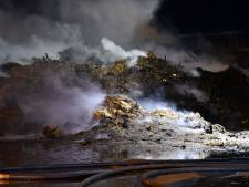Enorme rookwolk bij brand in composthoop van 900 m3 in Schoondijke