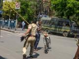 Coups de bâton, pompes forcées et gifles: en Inde, on ne rigole pas avec le confinement