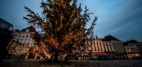 Grote kerstboom vrolijkt Bergse Markt op nu er geen ijsbaan komt
