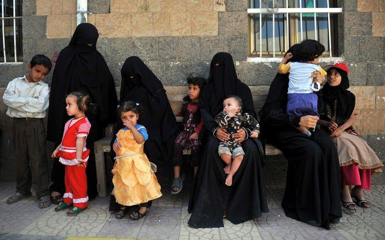 Vrouwen in Jemen laten hun kinderen inenten tegen de mazelen. Beeld null