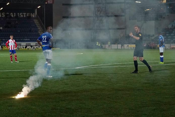 Tot vier keer toe gooiden supporters van TOP Oss gisteravond vuurwerk op het veld van de Vliert. Na de derde keer werd het duel korte tijd stilgelegd.