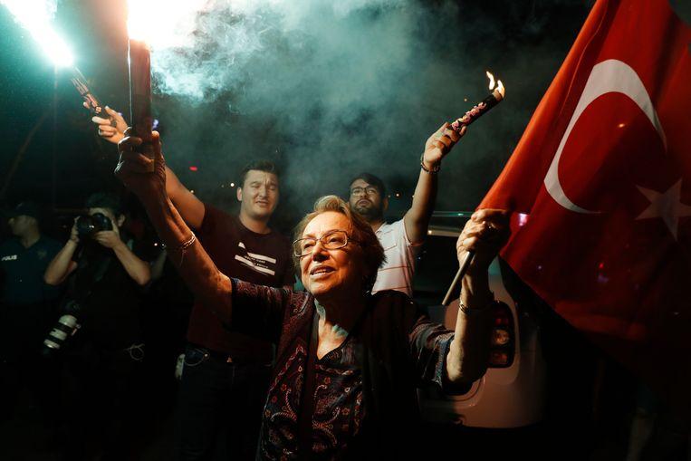 Aanhangers van Ekrem Imamoglu vieren zijn overwinning in Istanbul. Beeld AP
