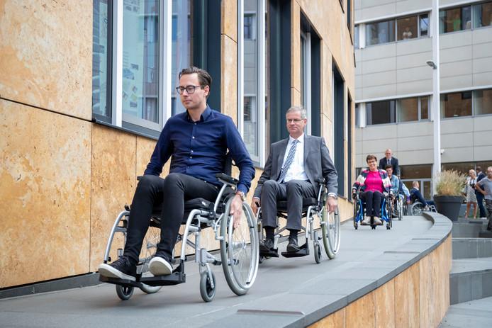 Wethouders Dylan Lochtenberg en Marco Verloop en Yvonne Pas van Tikkie Toegankelijk (van links naar rechts) verkennen per rolstoel het Veenendaalse centrum.