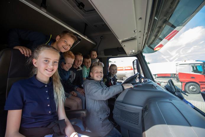Leerlingen van de Havelt uit Handel in een vrachtauto bij dodehoekles van Veilig Verkeer Nederland in Gemert.