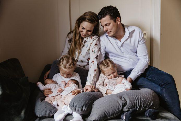 Barunka en David Knul uit Putten kregen een eeneiige drieling. Nu hebben ze ineens 5 dochters.