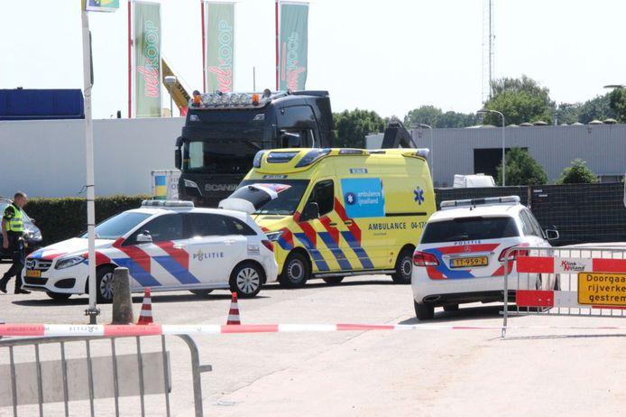 Een fietsster uit Raalte (59) heeft een ernstige aanrijding met een vrachtwagen, ter hoogte van de Heesweg in Raalte, vrijdagmiddag niet overleefd.