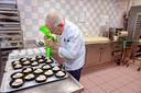Toetjes maken in de keuken van het TweeSteden Ziekenhuis in Tilburg