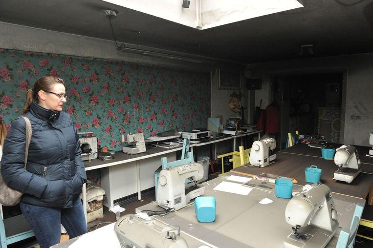 Zaakvoerster Nancy Moerenhout in de kamer waar workshops werden gegeven. De ruimte is vooral aangetast door de rook.