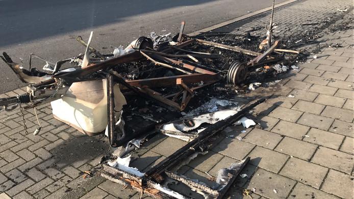 De afgebrande caravan.