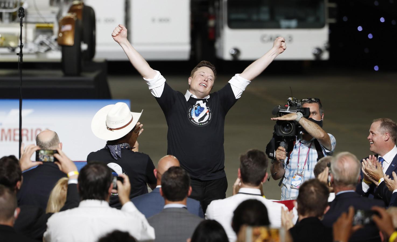 SpaceX-oprichter Elon Musk springt een gat in de lucht.