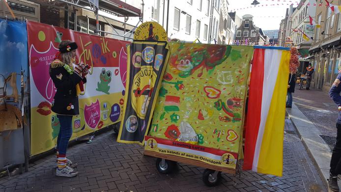 Een wagen, met als thema 'Van keinds af aon', bij de start van de Keinderoptocht in de Karrestraat.
