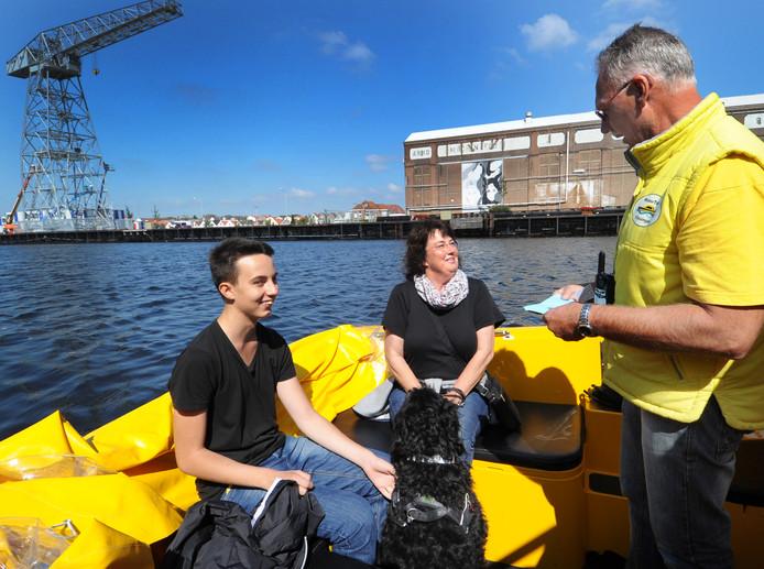 De Watertaxi Vlissingen begon in 2011 en onderhield een dienst tussen het station, de Hogeschool Zeeland en het Scheldekwartier. In september 2014 ontving de Watertaxi de tienduizendste passagier in drie jaar tijd: Annik en Ursula en Kasper Lehman uit Oftersheim.