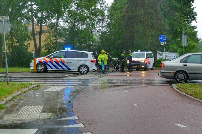 Op de Dijnselburgerlaan in Zeist werd vanochtend een fietser geschept nadat een auto de rotonde verliet.