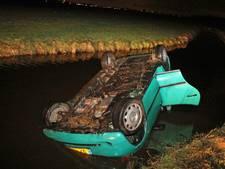 Man (21) rijdt auto in sloot in Bleskensgraaf