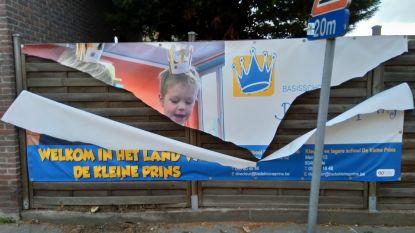 Vandalisme blijft duren: reclameposter voor school De Kleine Prins aan flarden gescheurd