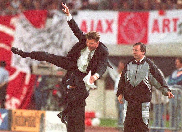 Louis Van Gaal maakt een karatetrap tijdens de Champions League-finale in 1995. Beeld afp