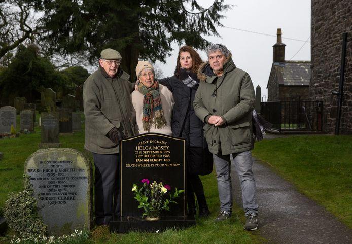 Rob en Silene (rechts) samen met hun Britse lotgenoten John en Lisa, voor het graf van hun dochter Helga in Lockerbie.