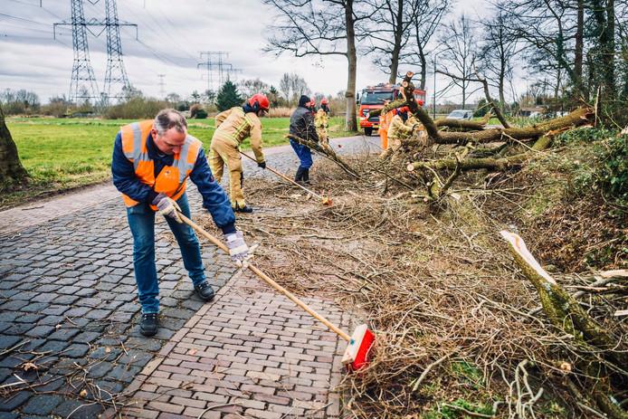 De brandweer is in Nuenen druk met het verwijderen van omgevallen bomen en afgebroken takken.