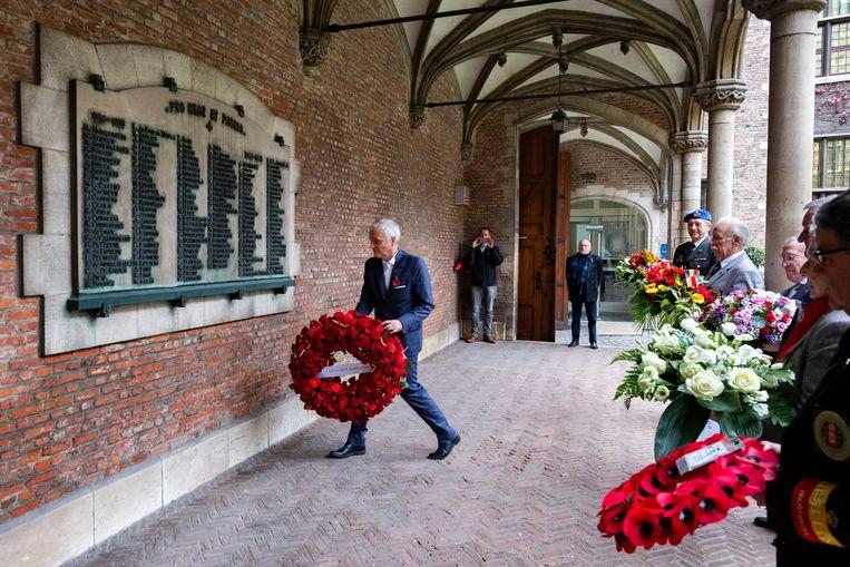 Rector Herman Van Goethem legt een krans bij de namen van de slachtoffers