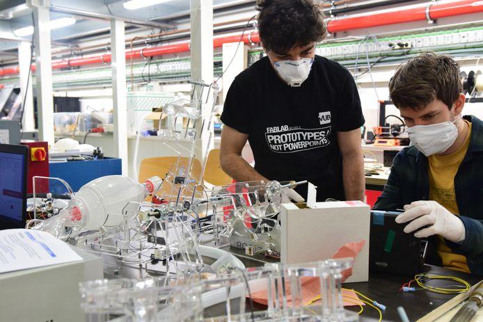 Studenten van de Vrije Universiteit Brussel werken in laboratorium FabLab aan een prototype van een beademingsmachine. DAF doneert voor de machine motoren die in trucks de ruitenwissers aandrijven.
