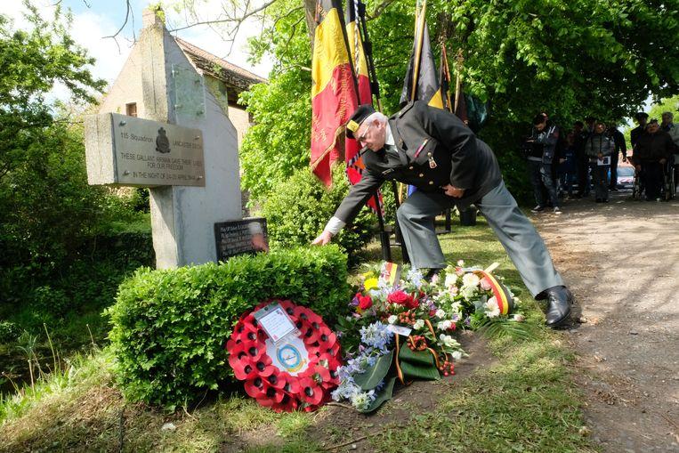 SINT-KATELIJNE-WAVER - Bij het monument werden bloemen neergelegd om de zeven gesneuvelde soldaten te herdenken
