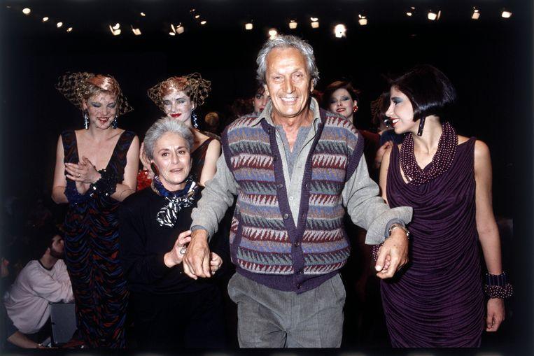 Ottavio Missoni aan het einde van een modeshow met zijn vrouw Rosita in 1984. Beeld Getty