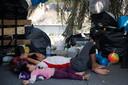 Duizenden vluchtelingen bivakkeren op de straten van het Griekse eiland Lesbos.