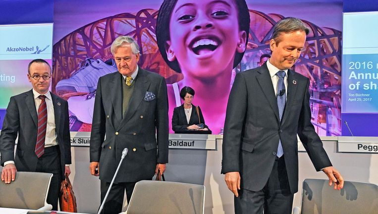 President-commissaris Anthony Burgmans en directeur Ton Buchner van AkzoNobel zoeken hun stoel bij het begin van de aandeelhoudersvergadering. Beeld Guus Dubbelman / de Volkskrant