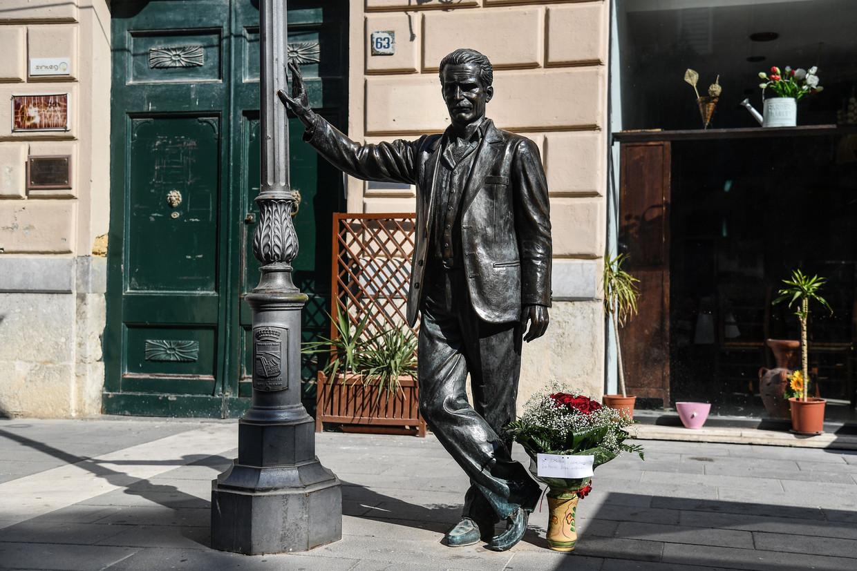 Standbeeld van 'Inspecteur Salvo Montalbano', het personage van de op 17 juli 2019 overleden schrijver Andrea Camilleri in zijn geboorteplaats Porto Empedocle.  Beeld AFP