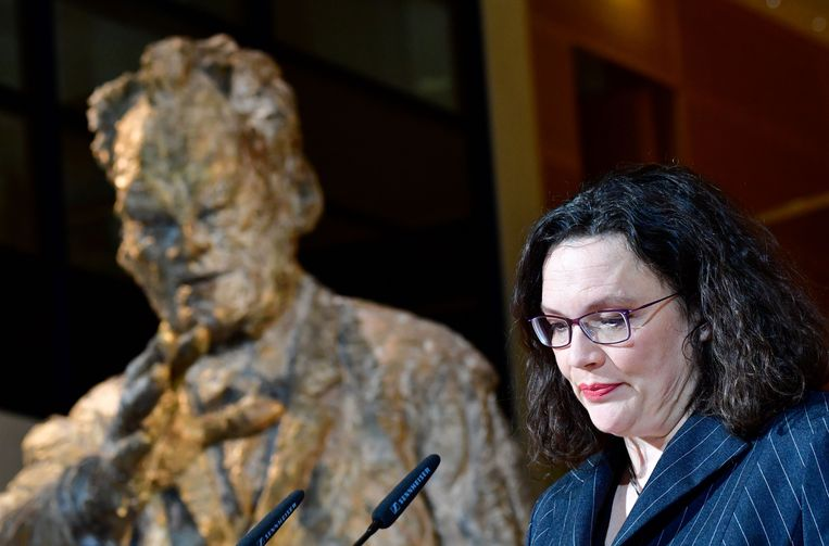 SPD-leider Andrea Nahles naast een beeld van oud-kanselier Willy Brandt terwijl ze reageert op de eerste uitslagen van de deelstaatverkiezingen in Hesse, 28 oktober 2018.  Beeld AFP