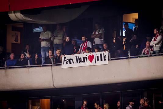 Familie van Ajax-speler Abdelhak Nouri bedankt de supporters van de club in augustus met een doek na een wedstrijd.