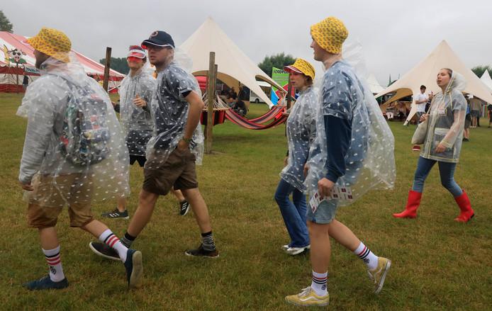 Bezoekers van WeitjeRock hadden tijdens de afgelopen editie te maken met barre weersomstandigheden.