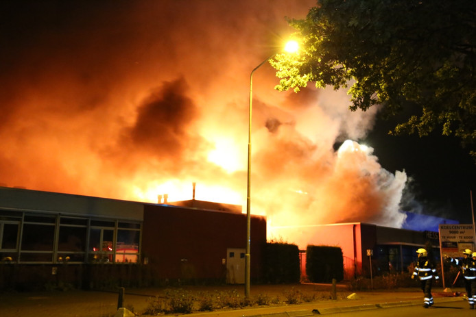 Bij de brand komt flink wat rook vrij.