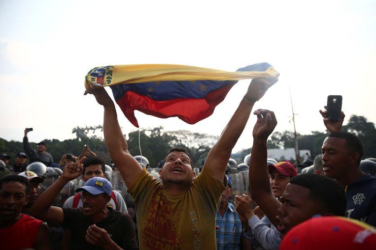 Demonstranten op de grens met Colombia