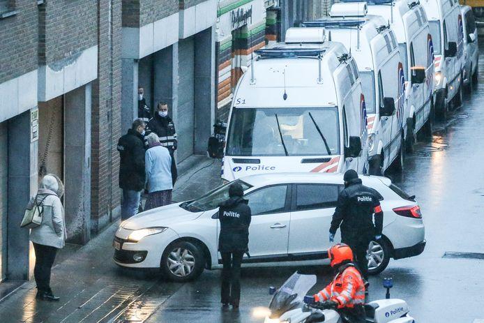 La voiture transportant le suspect entre dans le bâtiment via le garage