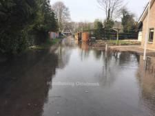 Straat onder water door gesprongen leiding in Wezep
