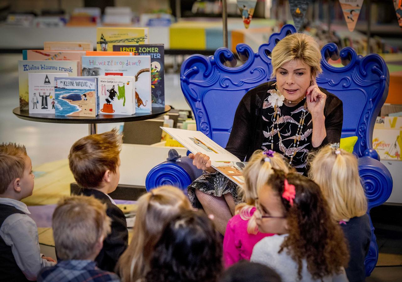 Prinses Laurentien leest voor aan kinderen van groep 1 en 2, uit het kinderboek De kleine walvis, tijdens het Nationale Voorleesontbijt in de nieuwe bibliotheek in Almere-Stad.