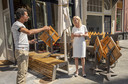 Burgemeester Annemieke Vermeulen neemt een kijkje bij restaurant Torro. Eigenaar Gabriël Torro legt de burgemeester van Zutphen uit hoe hij maandag zijn terras gaat uitzetten.