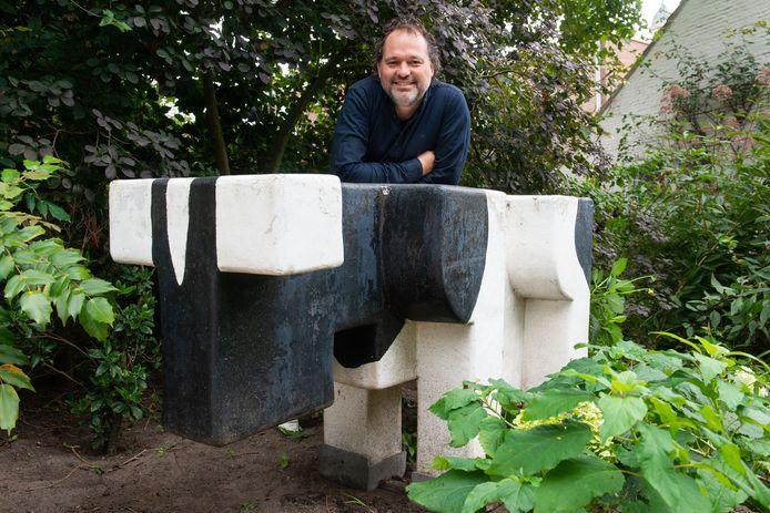 In de achtertuin van Alexander staat De Stier, die vroeger bij het postkantoor in Terheijden stond en de verzamelplek was voor de jeugd.
