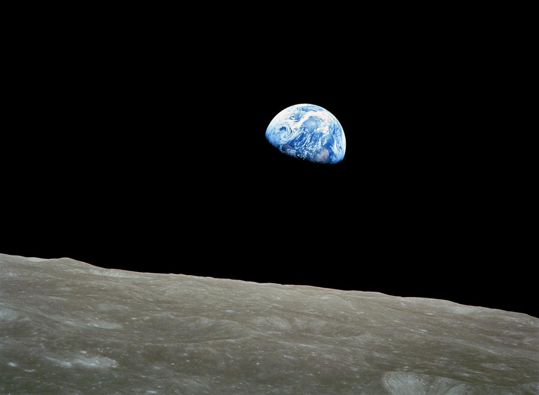 De eerste kleurenfoto van de aarde gezien van bij de maan, op 24 december 1968 gemaakt door de astronauten van de Apollo 8.