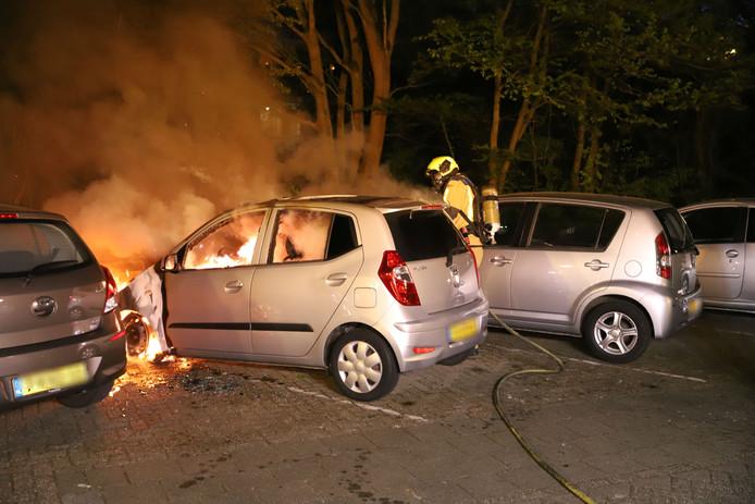 Auto gaat in vlamman op in Delft