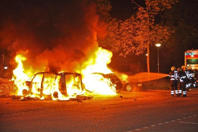 De auto's aan het Troelstrapark waren niet meer te redden. foto Marvin Doreleijers/Reality Photo