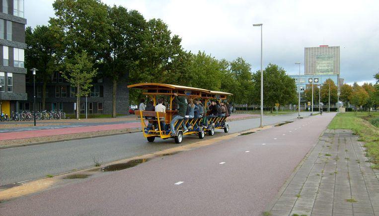 Wethouder Gerson is niet bijster enthousiast over het fenomeen bierfiets, een rijdende bar. Foto www.flickr.com Beeld