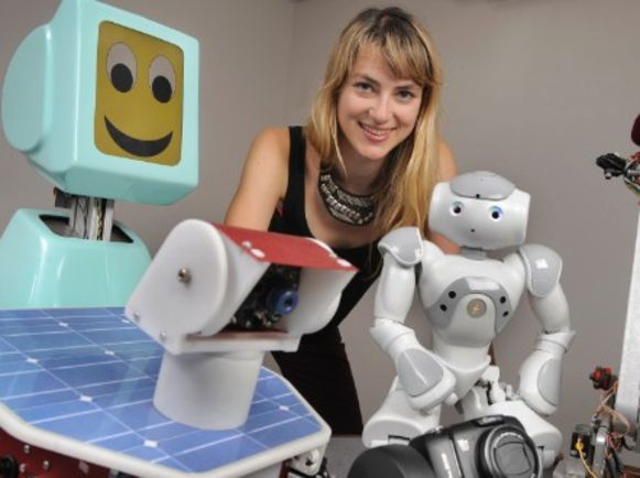 Onderzoekster Heather Knight met een van haar robots. Ginger is een oranje exemplaar.