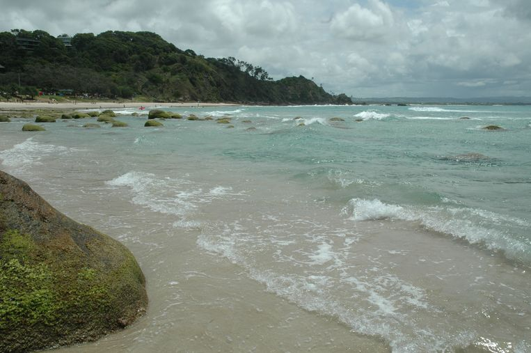 Zicht op Wategos Beach, met op de achtergrond The Pass.