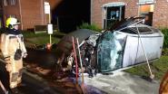 Wagen gaat overkop en belandt op zijn zij: bestuurder zwaargewond